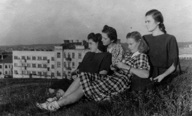 Studentės ant Tauro kalno. Eugenija pirmoji iš dešinės. Apie 1950 m.