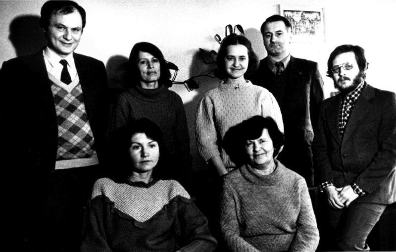 Pirmoje eilėje iš kairės: Diana Bučiūtė, Eugenija Stravinskienė. Antroje eilėje Antanas Gailius, Laima Bareišienė, Dovilė Rimantaitė, Pranas Bieliauskas, Henrikas Bakanas. Apie 1986 m.