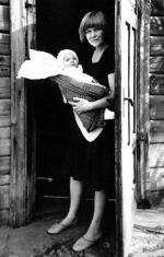Su dukrele Elzyte prie namų Žvėryne. 1986 m.