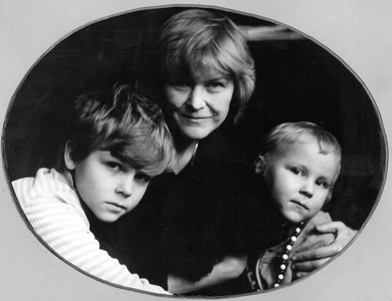 Su vaikais Karoliu ir Elžbieta. 1990 m.