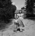 Su mamyte traukiam prie Nemuno. Kaunas, Šančiai. Apie 1954 m.