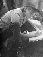 Mokyklos išvykoje su palapinėmis į Rūdninkų girią – stovyklos dailininkė. Apie 1963 m.