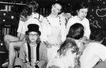 """Džonas (su akiniais) iš spektaklio """"Piteris Penas"""". Apie 1978 m."""