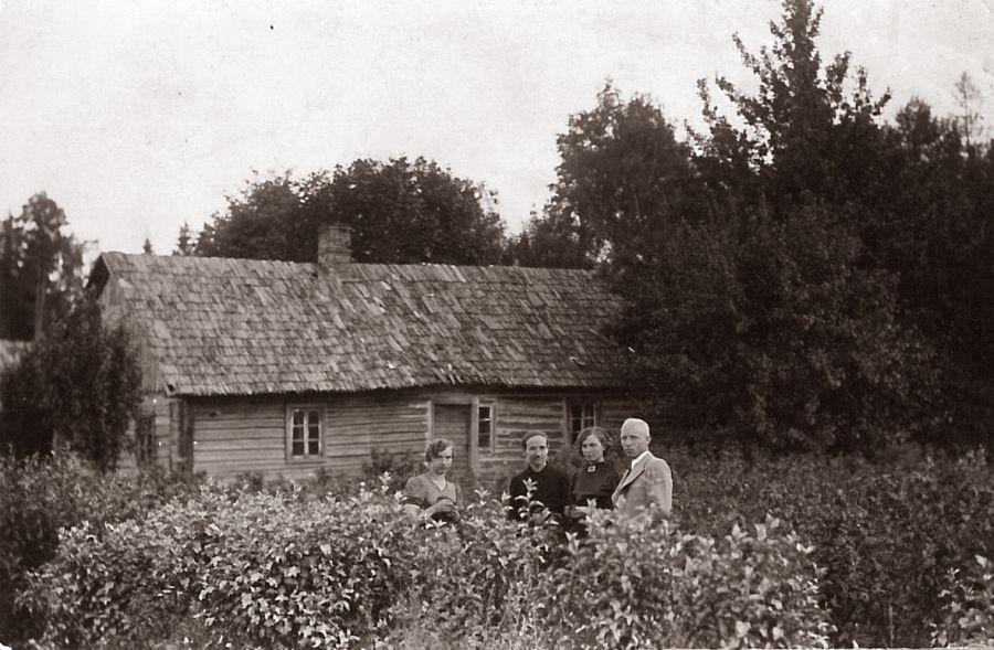 Kalnelių sodyba. Iš dešinės: Emilis Kriškanas, Emilija Kriškanienė, sodybos šeimininkė Ieva Kriškanienė (senoji mamytė), Elzė Kriškanaitė (teta Elzytė). 1938 m.