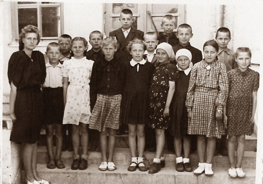Juodupės septynmetė mokykla, 4 klasė. Su auklėtoja Monika Byraite. Lilija Kriškanaitė pirmoje eilėje penkta iš dešinės. 1952 m.