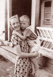 Su broliuku Raimundu. Juodupė, apie 1957 m.