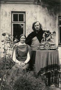 """M. Ladigaitė ir V. Vildžiūnas prie """"Kelionės į Paryžių"""" dekoracijų. Jeruzalė, Vilnius, 1973 m."""