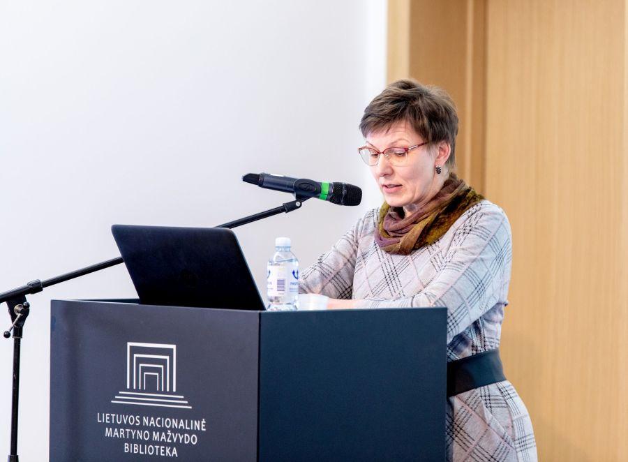 Pranešimą skaito Rita Karpavičiėne. Nuotr. Vygaudo Juozaičio