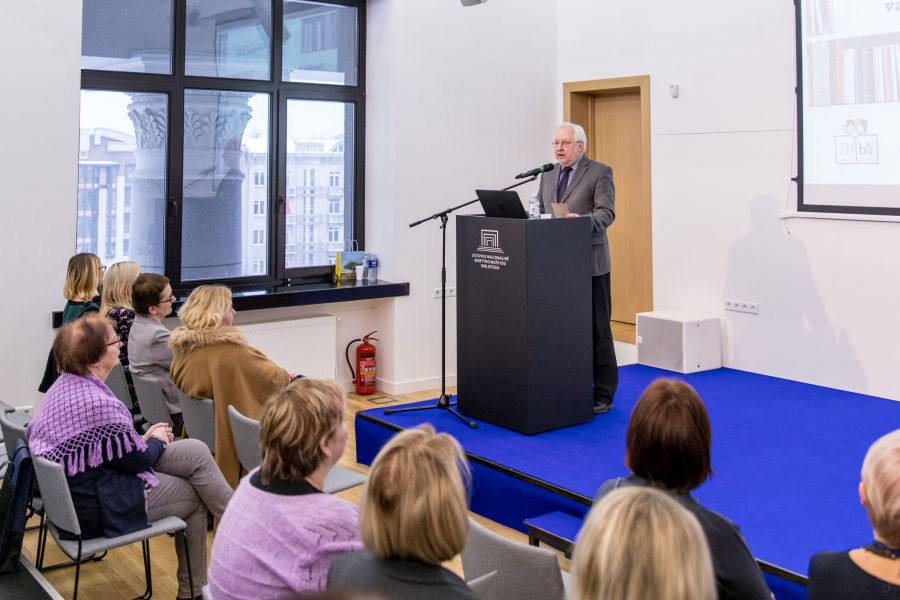 Seminaro dalyvius sveikina IBBY Lietuvos skyriaus pirmininkas Kęstutis Urba. Nuotr. Vygaudo Juozaičio