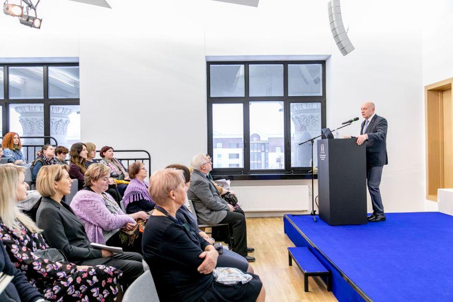 Seminaro dalyvius sveikina Nacionalinės Martyno Mažvydo bibliotekos generalinis direktorius Renaldas Gudauskas. Nuotr. Vygaudo Juozaičio
