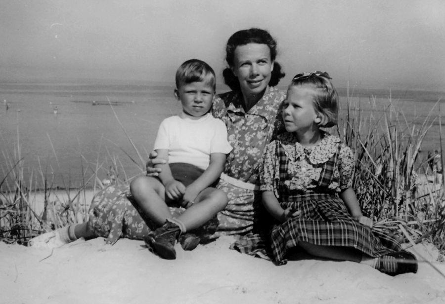 Su broliu ir mama Palangoje. 1955 m.