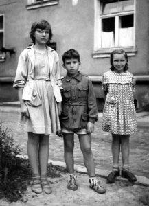 Su broliu Algirdu ir pussesere Danute. Apie 1960 m.