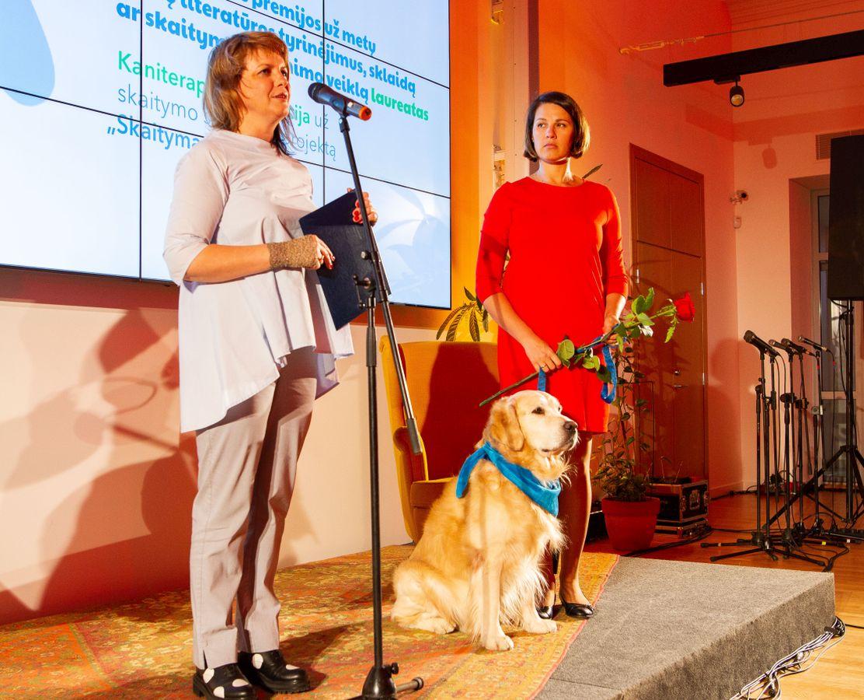 """Auksaspalvis retriveris Gongas ir projekto """"Skaitymas su šunimi"""" dalyvės Veslava Citovič-Rul bei Rasa Kardaitė-Vėlyvienė. Nuotr. © IBBY Lietuva"""