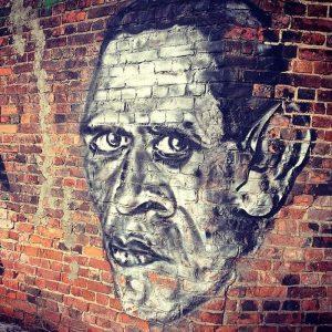 D. Charmso portretas ant vienos iš  Sankt Peterburgo gamyklų sienos