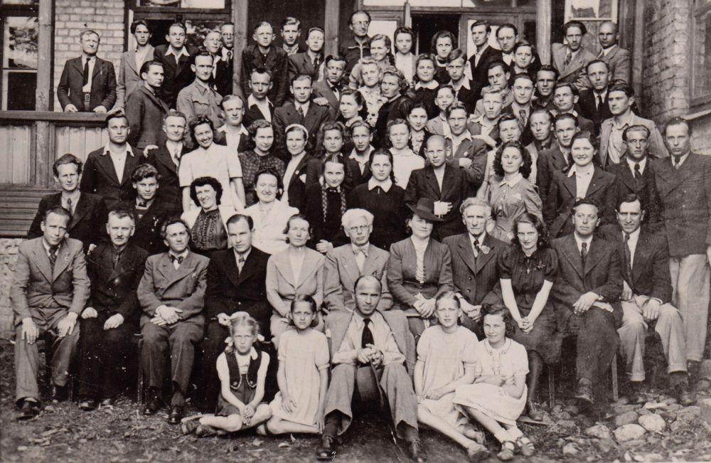 Šiaulių muzikos mokykla. S. Sondeckis viršutinėje eilėje trečias iš kairės.  Antroje eilėje penkta iš kairės – Sofija Juodvalkienė. 1943 m.