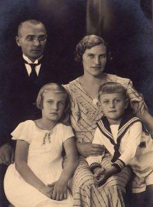 Sondeckių šeima: tėvai Jackus ir Rozalija,  sesuo Danguolė ir Saulius. Šiauliai, 1934 m.