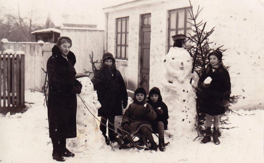 Prie sargo namelio. S. Sondeckis ant rogučių kairėje, už jo – kiemo draugas Meiškė Movšovičius, stovi auklė Fräulein Gerda, sesers draugė ir sesuo. 1933 m.