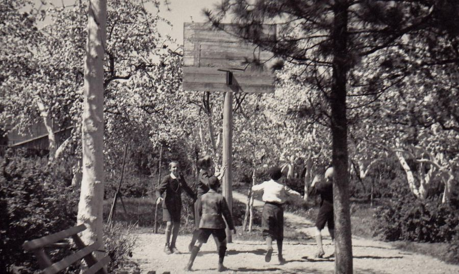 Žaidžiame krepšinį sode. S. Sondeckis pirmas iš dešinės –  meta kamuolį. 1938 m.