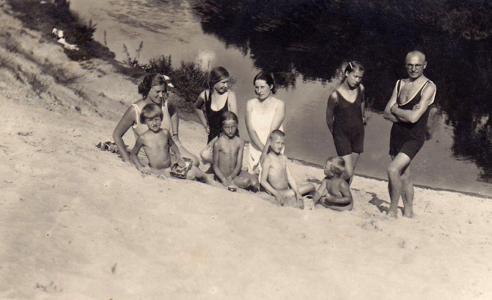 Vyžuonų paplūdimyje. Baltoji pakriaušė į Vyžuonos upę.   S. Sondeckis sėdi pirmas iš dešinės. 1931 m.