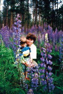 Su sūnumi Mykolu Labanore. Apie 1995 m. (Visos nuotraukos iš asmeninio Jonės Ramunytės archyvo.)