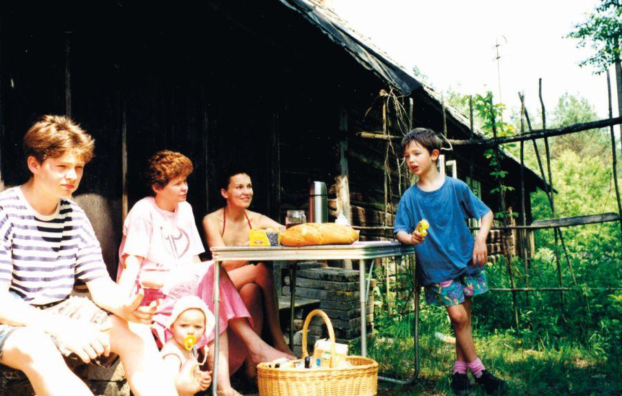 Vasara tėvų sodyboje prie Neries su sūnumis Kristupu ir Mykolu ir drauge Arūne su mažąja Elzyte. Apie 1997 m.