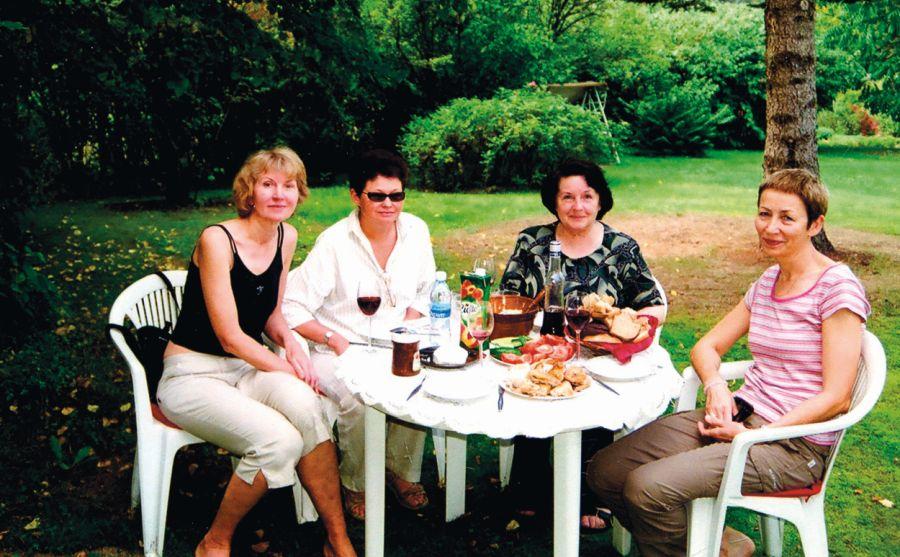 2008 m. rugsėjis Labanoro girioje. Viešnagė bičiulių Irenos ir Vytauto Balčiūnų sodyboje. Iš kairės: Diana Bučiūtė, Jonė, Irena Balčiūnienė, Rūta Jonynaitė