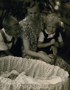 Pradžių pradžia. Su mama ir broliais  Algiu ir Gyčiu