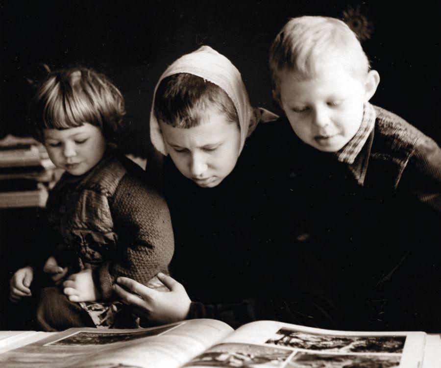 Skaitymų pradžia. Mes visi trys. Apie 1956 m.