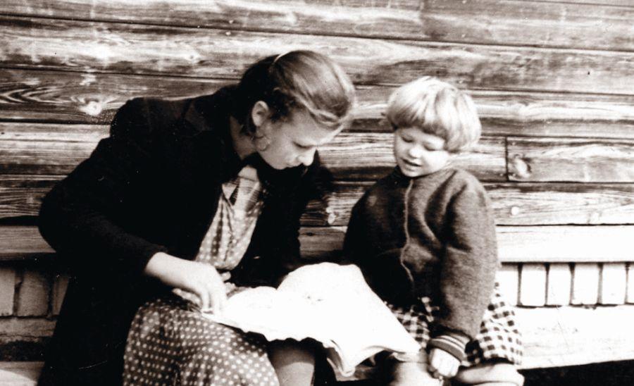 Skaitymai ir vėl. Su aukle Jadziuke. Apie 1957 m.