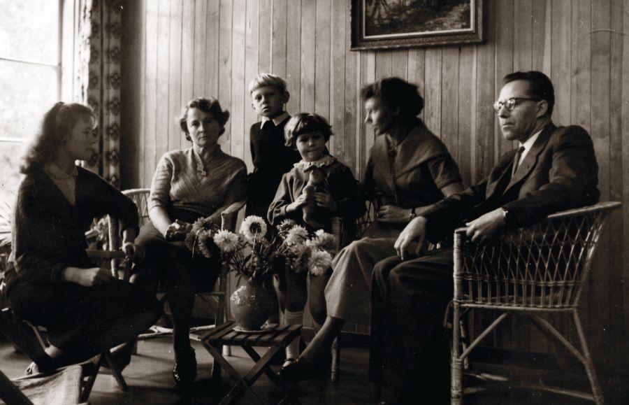 Tėtė projektavo H. ir K. Korsakų vasarnamį. Šviežiai įrengtame name. Iš kairės: Ingrida Korsakaitė, Halina Korsakienė, Gytis, Jonė, mama, Kostas Korsakas.  Apie 1958 m.