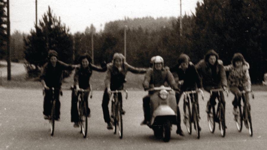 Linksmi studentiški laikai. Su draugais Valakampiuose. Jonė – pirma iš dešinės. 1974 m.