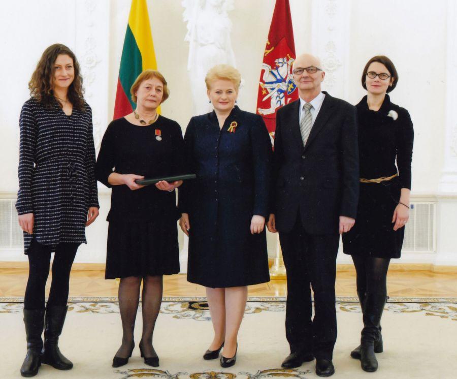 Su šeima valstybės apdovanojimo įteikimo ceremonijoje. Lietuvos Respublikos Prezidentūra, 2015 m. Roberto Dačkaus nuotr.