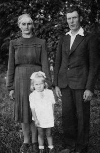 Su tėveliais Elena ir Kaziu Austinskais tėviškėje. 1955 m.