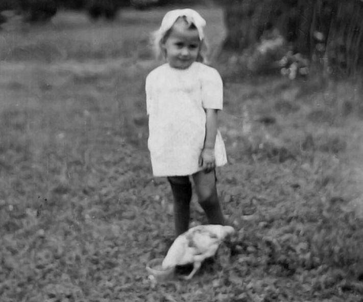 """""""Su mylimiausia kiemo gyventoja šluba vištyte.  Visada mėgau ją lesinti"""". 1955 m."""