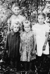 Su pusseserėmis Irena ir Vida Adomaitytėmis ir  seseria Dalia. Aldona antroje eilėje pirma iš kairės. 1959 m.