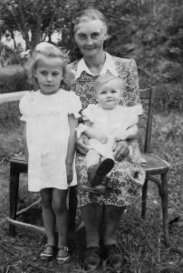 Mama su dukromis tėviškėje. 1956 m.