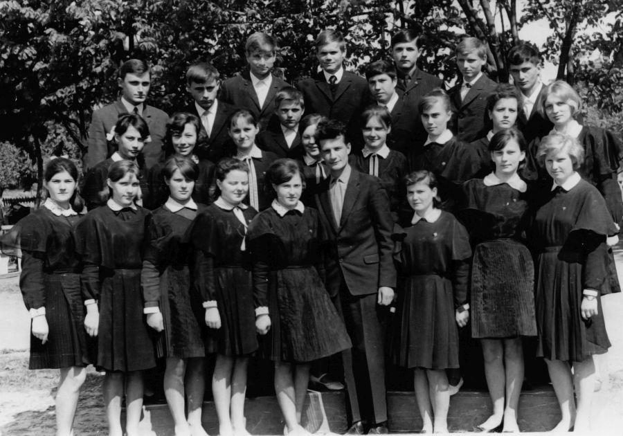 Paskutinė nuotrauka baigiant 11 klasę su auklėtoju, rusų k. ir lit. mokytoju Igoriu Zotovu.  Aldona antroje eilėje pirma iš kairės. 1968 m.