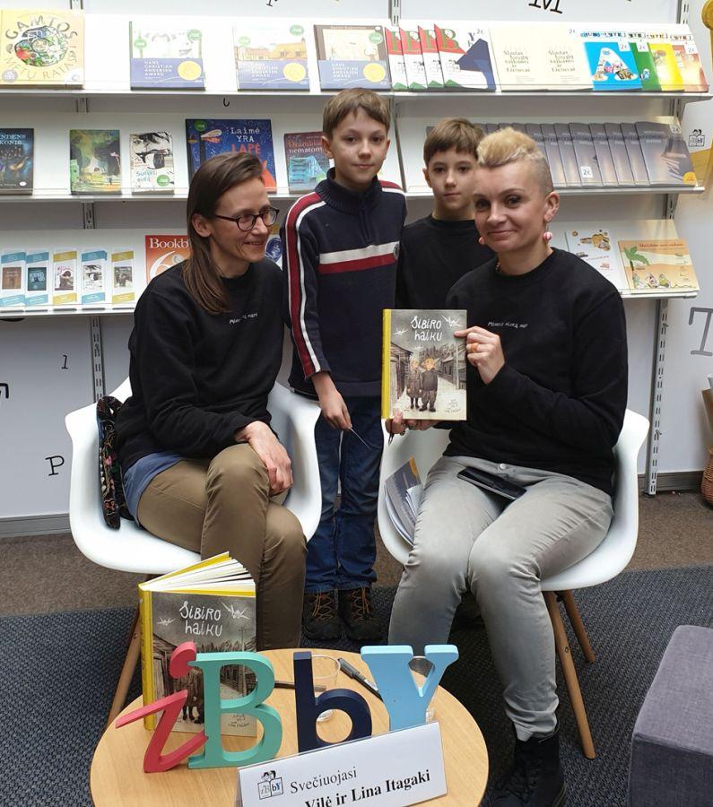 """Stende svečiuojasi akcijos """"Metų knygos rinkimai"""" laureatės vaikų kategorijoje Jurga Vilė ir Lina Itagaki"""