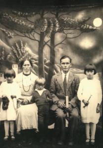 Birutė, mama Grasilda, brolis Laimutis, tėtė Jonas ir sesuo Danutė Žiliai
