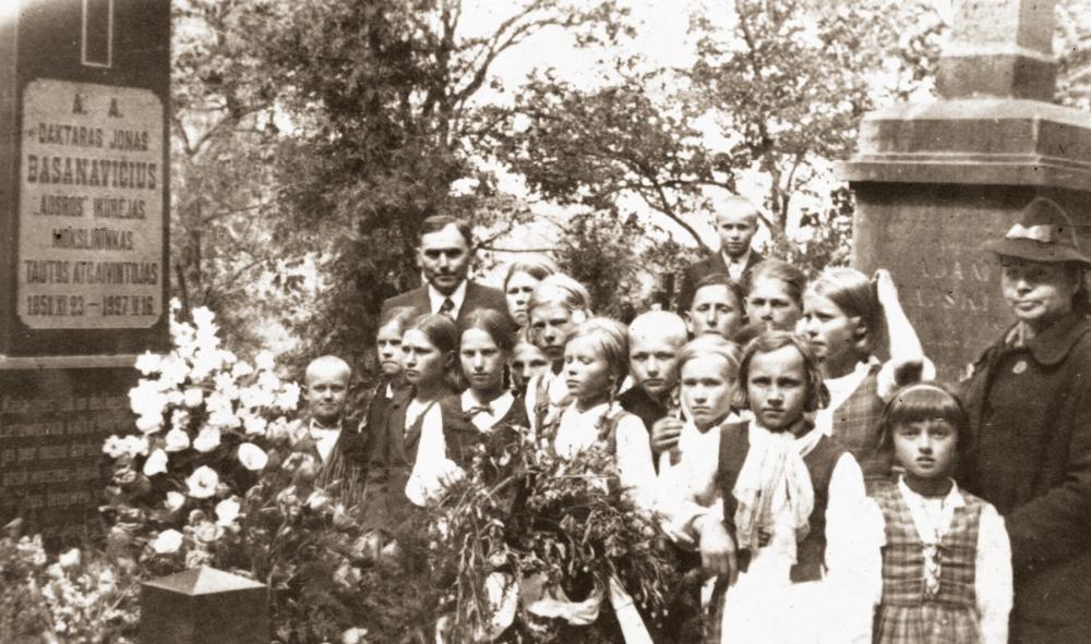 Prie Jono Basanavičiaus kapo Rasų kapinėse. 1939 m. Dešinėje mokytoja  Stefanija Kuncienė, šalia – Birutė Žilytė su mokytoju Albinu Kunce, sesute Danute ir Miežiškių mokyklos mokiniais