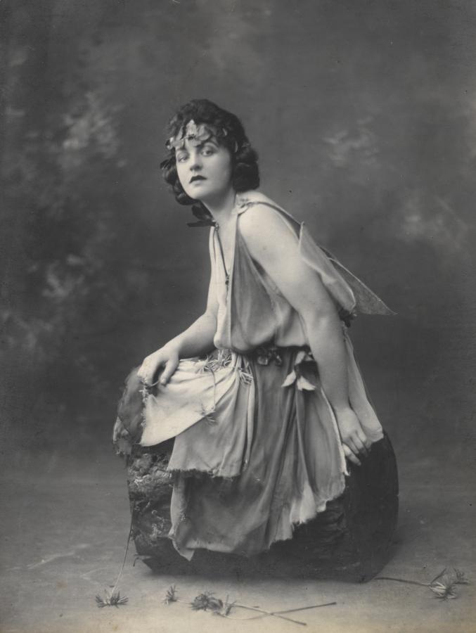 """P. Trevers atlieka Titanijos vaidmenį pjesėje """"Vasarvidžio nakties sapnas"""", 1924 m. Nuotr. šaltinis: wikipedia.org"""