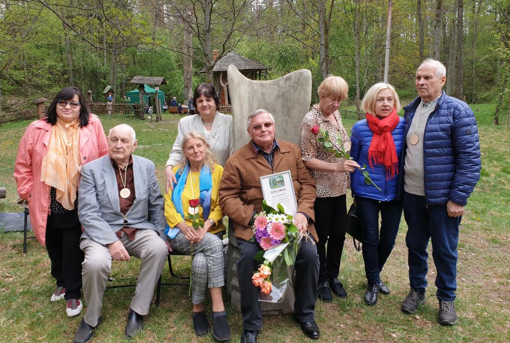 2019 m. laureatas Jonas Endrijaitis (centre) su ankstesnių metų laureatais