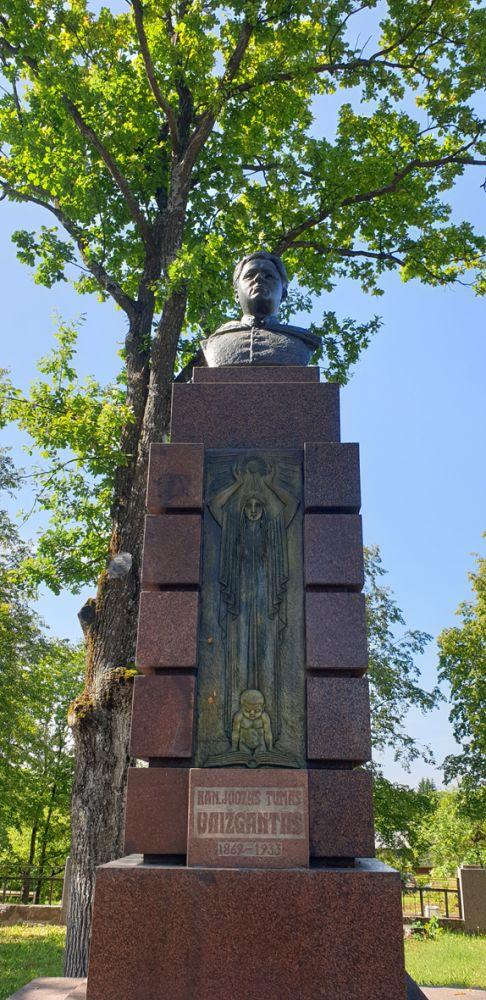 Paminklas Vaižgantui Svėdasuose. Skulptorius Bernardas Bučas