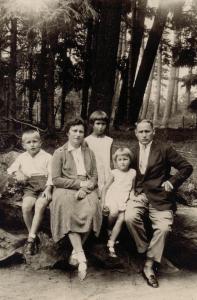 1932 m. Palangoje. Taida (sėdi šalia tėvo) su broliu Petru, seserimi Irena ir įmote Stanislava Musteikiene