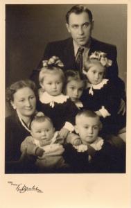 Taida su Vyru Vaclovu Balčiūnu ir vaikais: Audriumi, Giedriumi (priekyje), Saule, Taida ir Aušra
