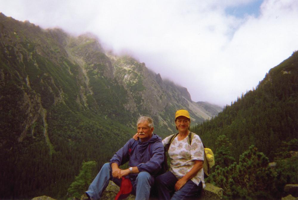 Poilsis leidžiantis nuo viršukalnės (su žmona Narute), 2006 m.
