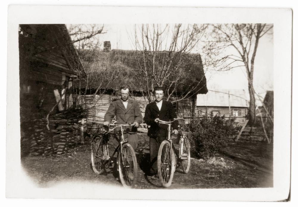 Brolis Juozas (dešinėje) ir kaimynas Antanas Varžinskas prie senosios gryčios. Apie 1952 m.