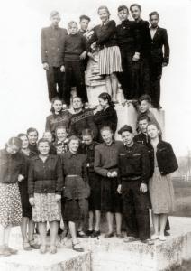 Prie Petro Vileišio paminklo, 1956 m. Mykolas viršuje, trečias iš kairės