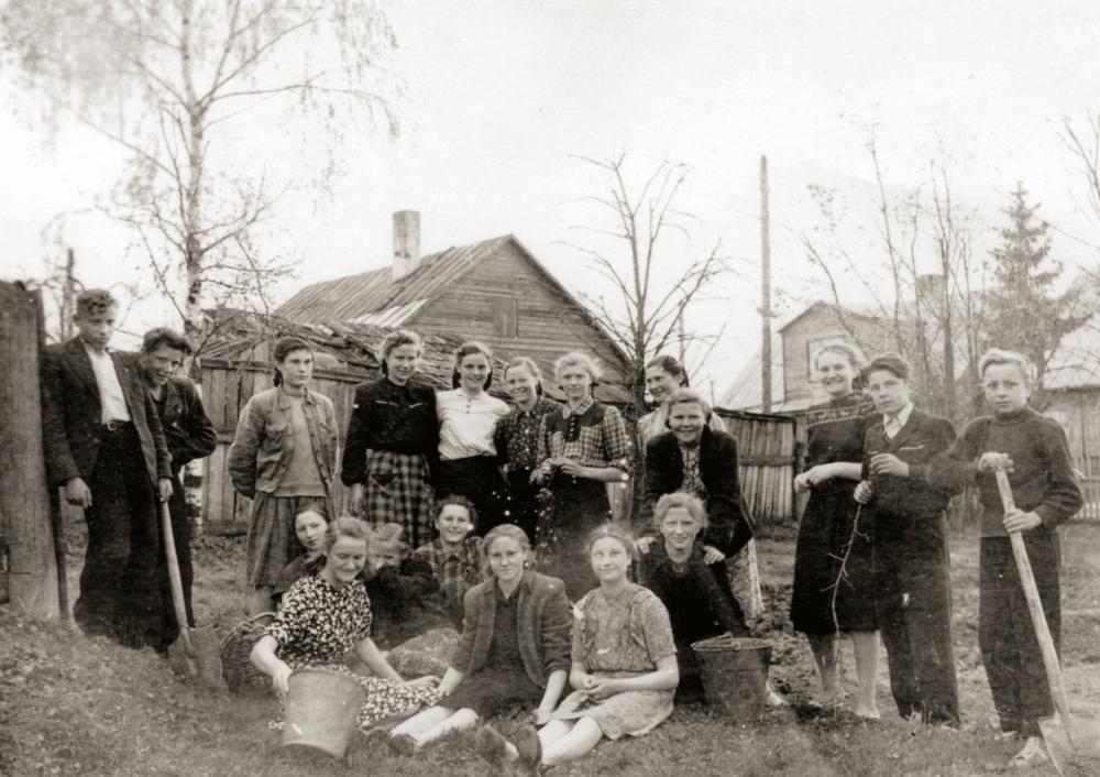 Talka. Geografų aikštelės įrengimas. Mykolas antras iš kairės. 1955 m.