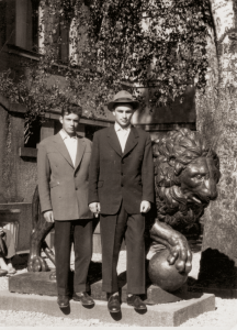 """Trumpam """"pabėgę"""" iš sovietų armijos su V. Pokatinskiu. 1959 m. Kaunas. Mykolas kairėje, persirengęs brolio Jono drabužiais"""